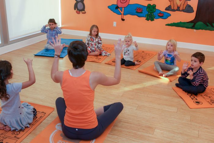 Crianças durante uma aula de yoga